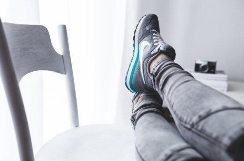 Inspiration: Point of View Shot in Grautönen, auf dem ein junger Mensch die Füße hochlegt.