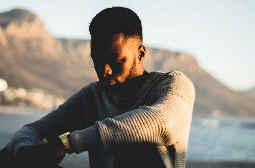 Inspiration: Junger Mann mit traurigem Gesichtsausdruck in nachdenklicher Haltung.