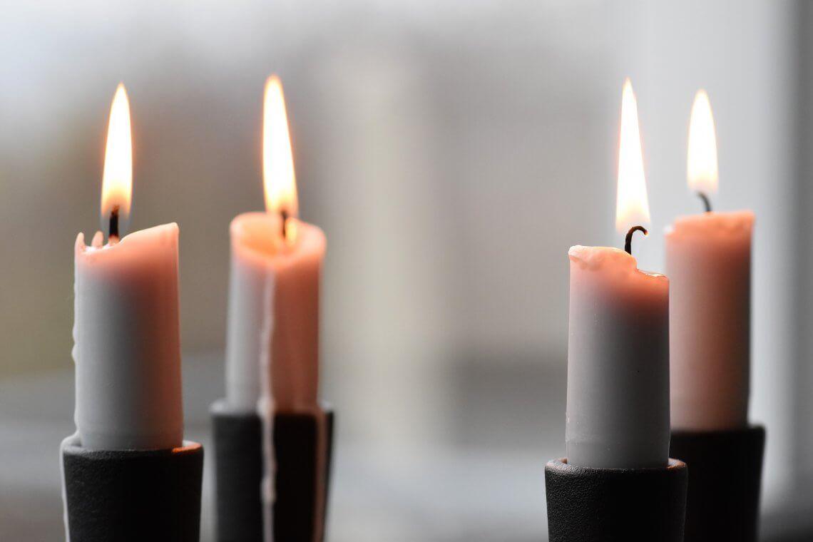 Inspiration: Vier Kerzen, die bereits weit heruntergebrannt sind.