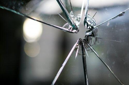 Visualisierung: Gesplitterte Glasscheibe.